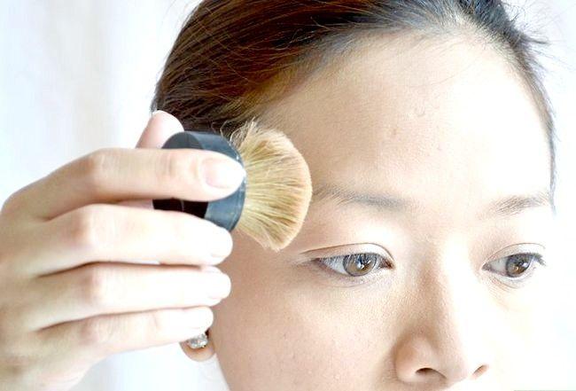 Prent getiteld Doen die perfekte make-up vir eerlike vel Stap 2
