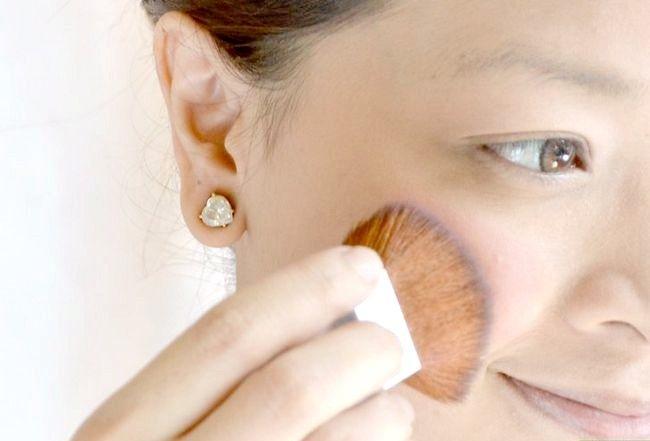 Prent getiteld Doen die perfekte make-up vir eerlike vel Stap 8