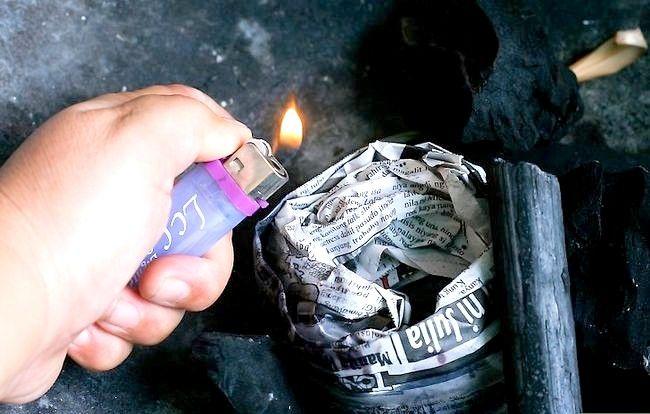 Prent getiteld Skep `n sterk brandende houtskoolvuur sonder ligter vloeistof Stap 5