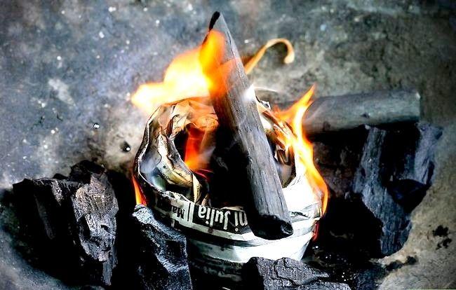 Prent getiteld Skep `n sterk brandende houtskoolvuur sonder ligter vloeistof Stap 6