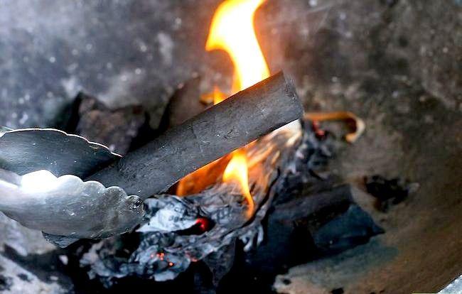 Prent getiteld Skep `n sterk brandende houtskoolvuur sonder ligter vloeistof Stap 7