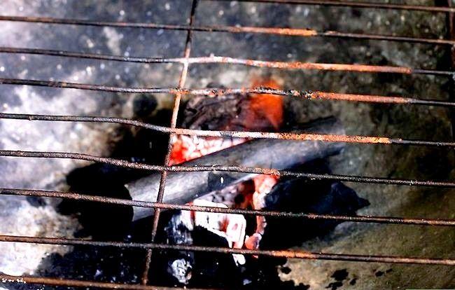 Prent getiteld Skep `n sterk brandende houtskoolvuur sonder ligter vloeistof Stap 8