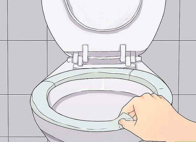 Prent getiteld Sanitize a Public Toilet Stap 1