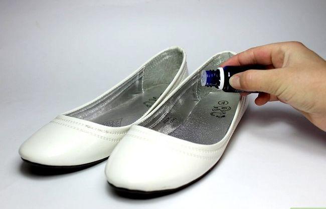 Prent getiteld Gebruik huishoudelike items om skoengeur te verwyder. Stap 3