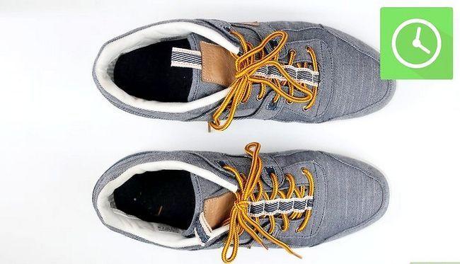 Prent getiteld Freshen Smelly Shoes Stap 1