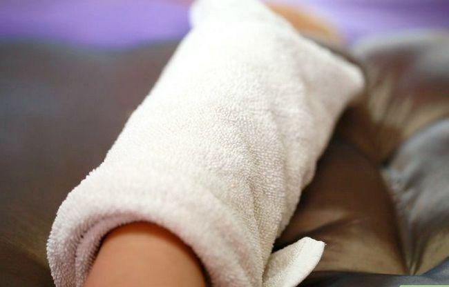 Prent Titel Exfoliate Feet vir `n Pedicure Stap 6