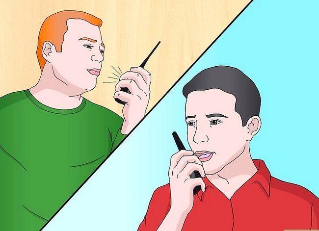Prent getiteld Talk on a Radio (Walkie Talkie) Stap 12
