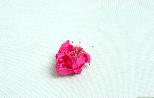 Prent getiteld Maak Satin Ribbon Flowers Stap 4