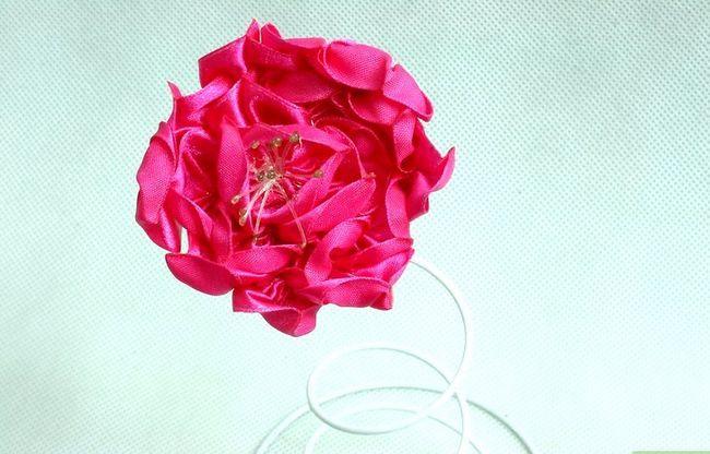 Prent getiteld Make Satin Ribbon Flowers Stap 6