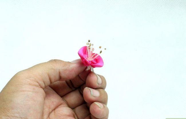 Prent getiteld Maak Satin Lint Blomme Stap 2