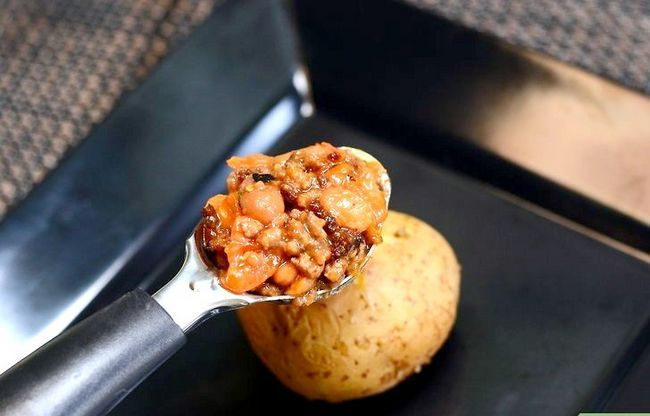 Prent getiteld Maak `n Gevulde Aartappel Met Chilli Con Carne Stap 8