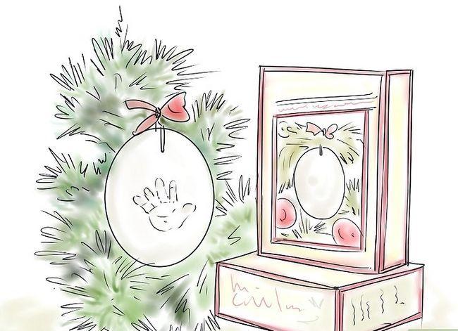 Prent getiteld Skep `n blywende tradisie vir Baby`s First Christmas Step 8
