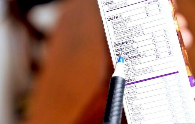 Prent getiteld Lees Voedings Feite op Voedsel Etikette Stap 4