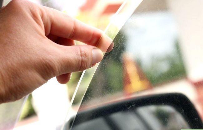 Prent getiteld Clean Tinted Car Windows Stap 4