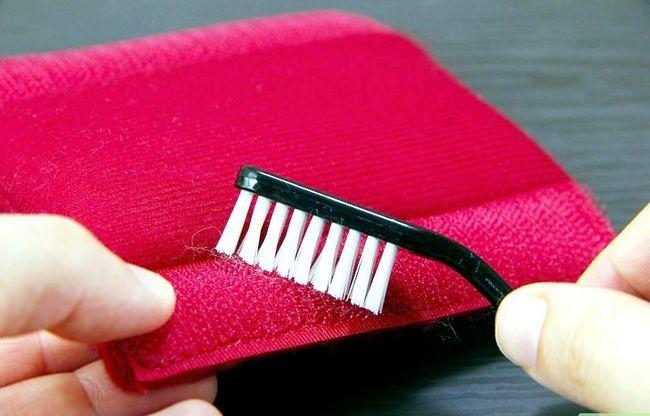 Prent getiteld Clean Velcro Step 4