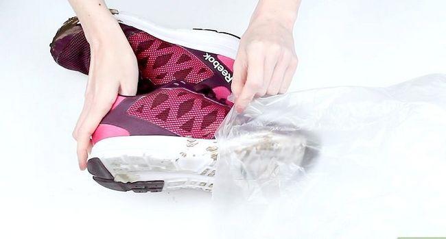 Prent getiteld Clean Muddy Running Shoes Stap 1