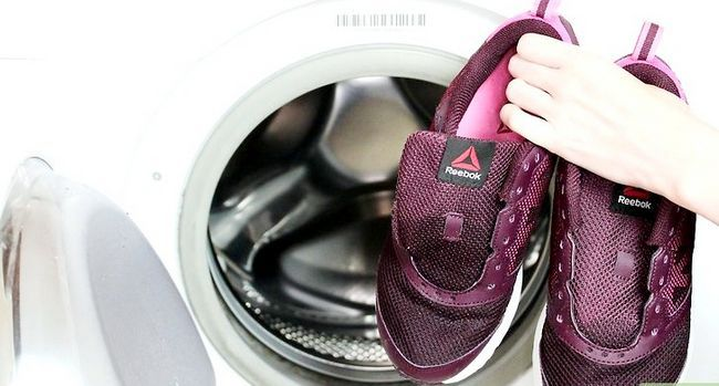 Prent getiteld Clean Muddy Running Shoes Stap 7