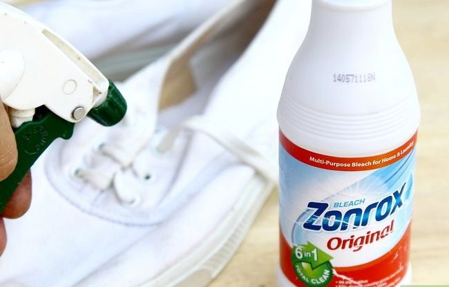 Prent getiteld Clean White Canvas Shoes Stap 3