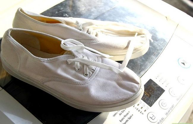 Prent getiteld Clean White Canvas Shoes Stap 5