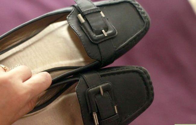Prent getiteld skoon leer skoene met Windex stap 6