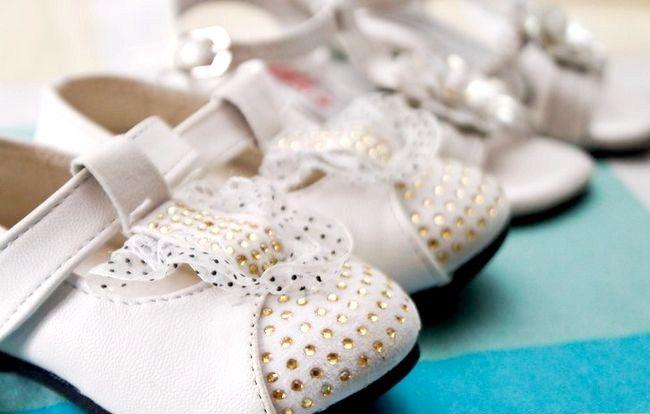 Prent getiteld Plaas skoene op `n jaar oue stap 3