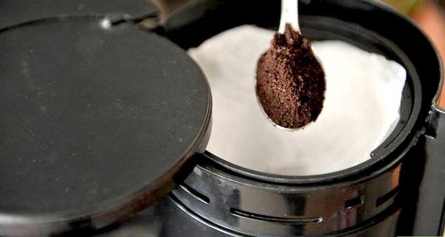 Prent getiteld Berei Filter Koffie Stap 2
