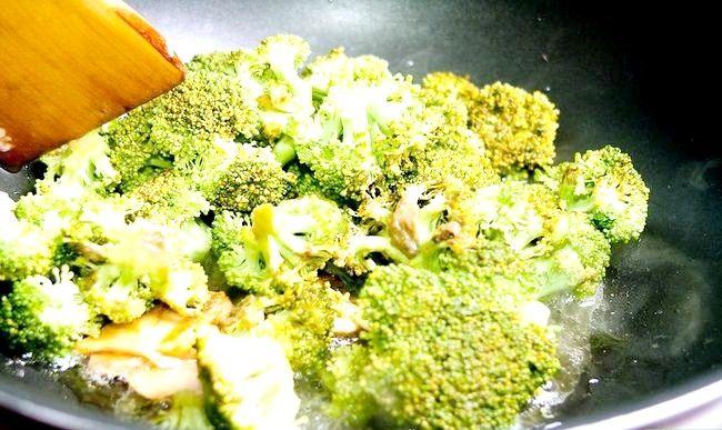 Prent getiteld Maak Roer Gebraaide Hoender En Broccoli Stap 5