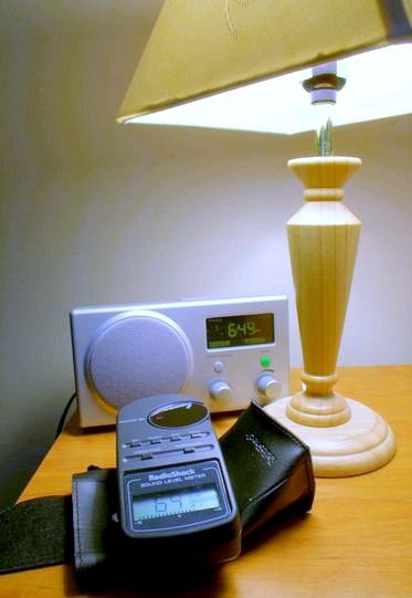 Beeld getiteld Radio, lamp en meter in faux HDR 6389