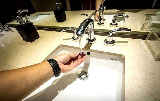 Prent getitel Veilig gebruik `n openbare badkamer Stap 7